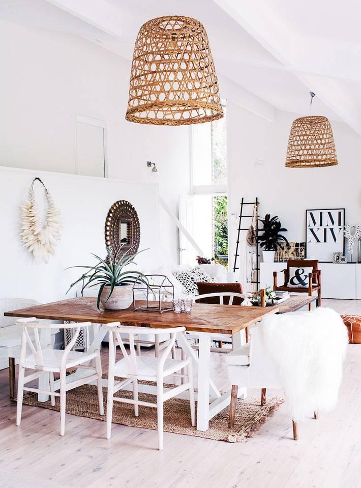 столовая комната с высокими потолками и деревянными абажурами люстр