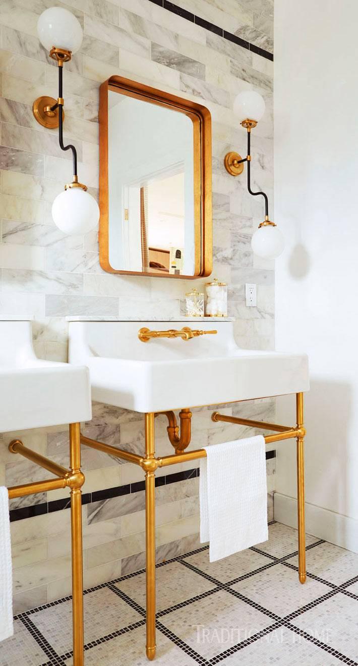 сочетание мраморной плитки и латунных элементов в ванной