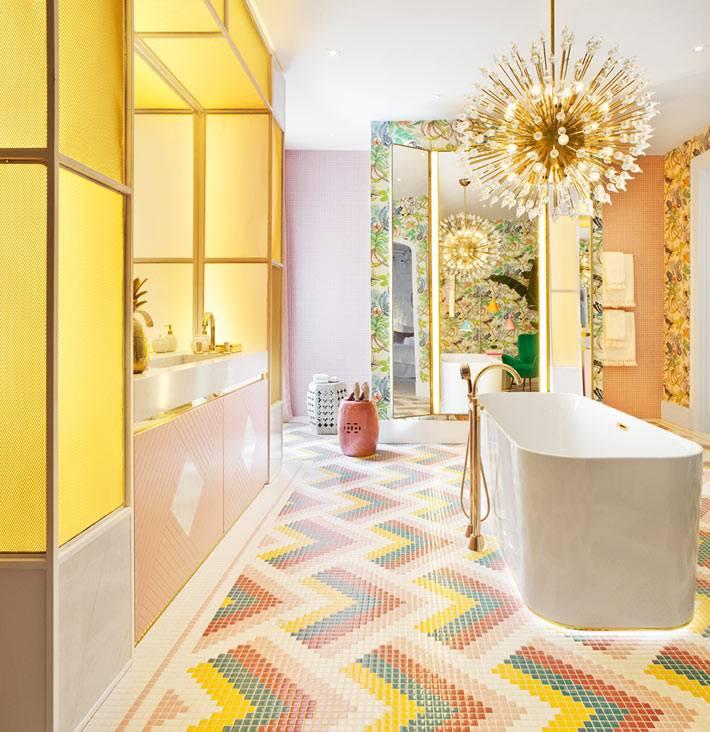 латунная сантехника в стильной современной ванной фото
