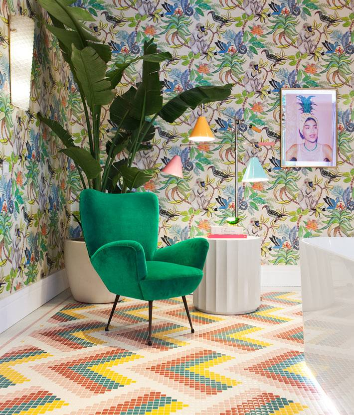 зеленое кресло и тройной торшер в зоне отдыха в ванной комнате