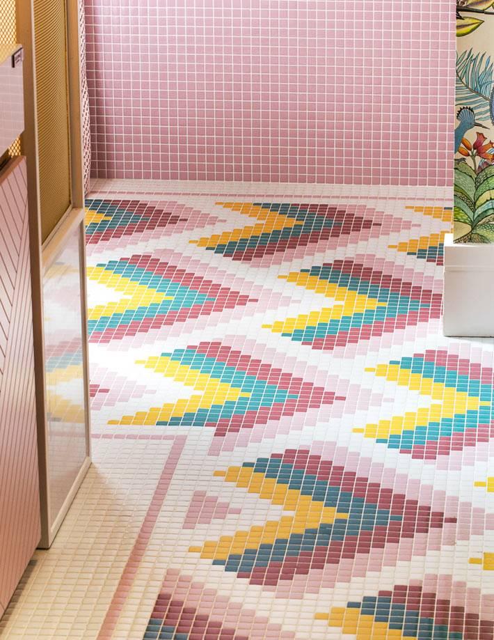 яркая разноцветная мозаика на полу ванной фото