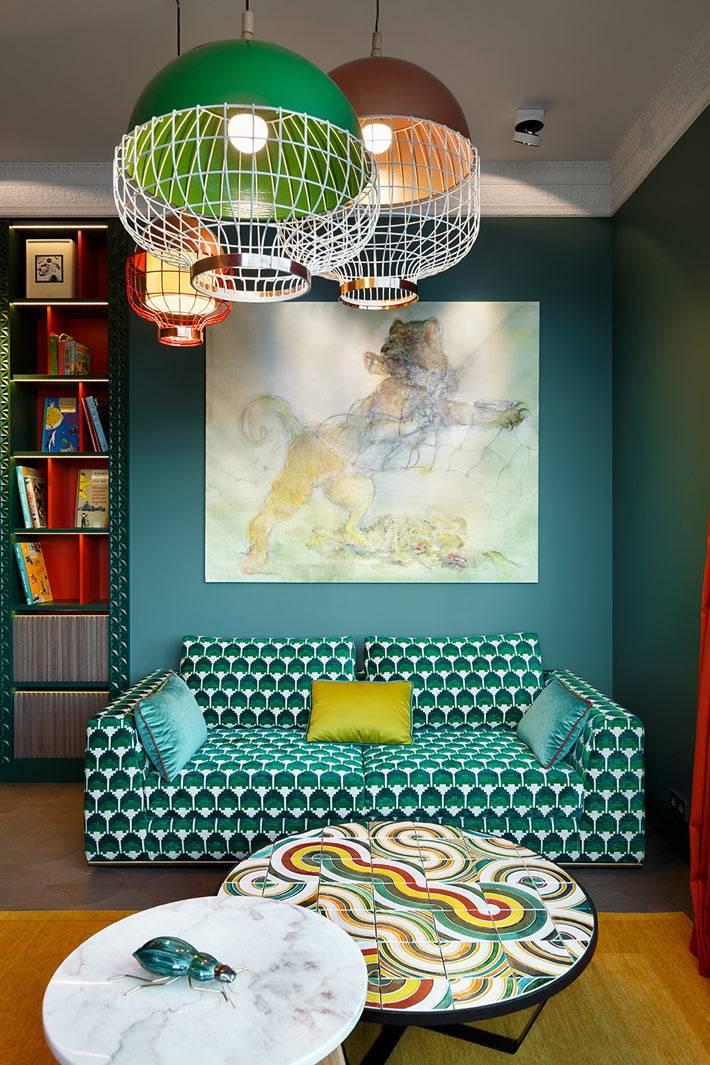 насыщенные зеленые стены и яркие предметы мебели в комнате