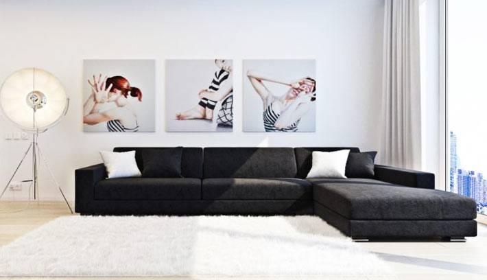 гостиная в стиле минимализм - белые стены и черный диван