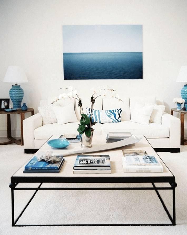 удачное оформление гостиной в бело-голубой морской теме