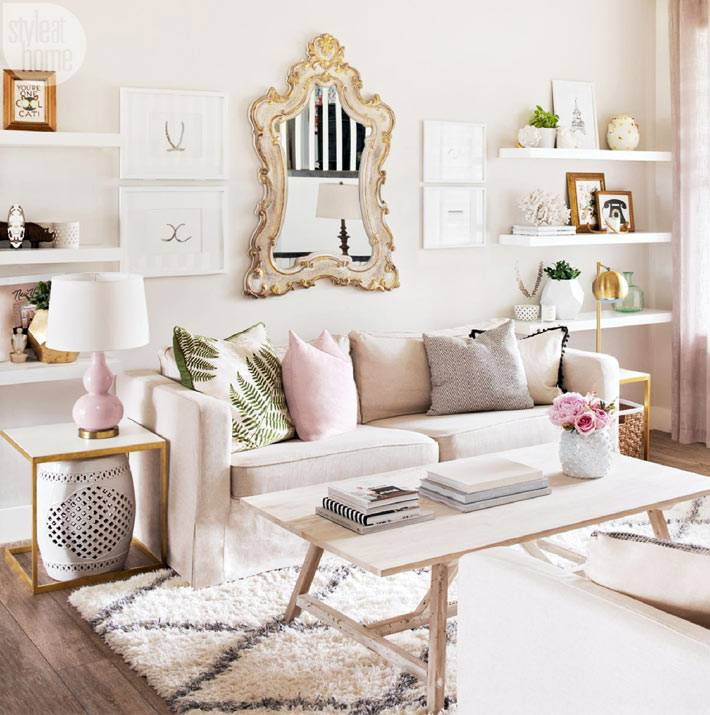 картины и открытые полки в красивой гостиной комнате фото