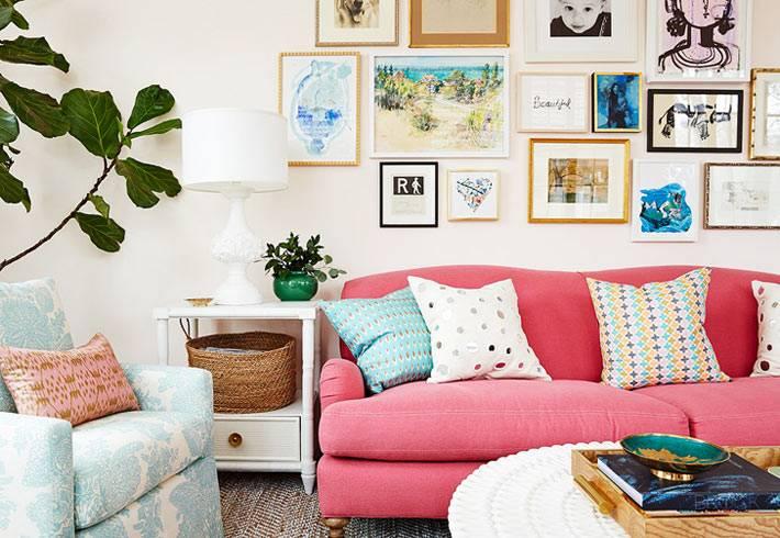 настенный декор - фото и картины над розовым диваном в комнате
