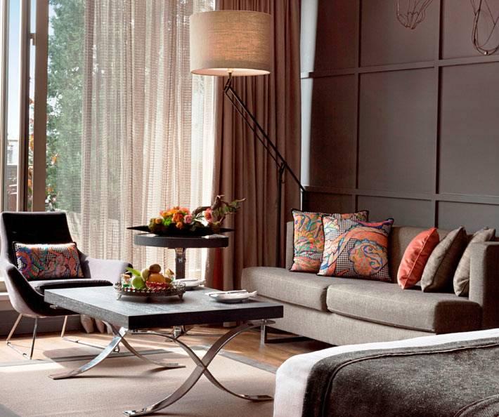 большой торшер в стильном дизайне комнаты с коричневыми стенами