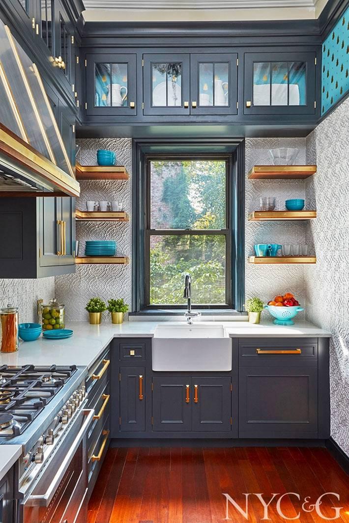 красивый темный кухонный гарнитур с темной мебелью