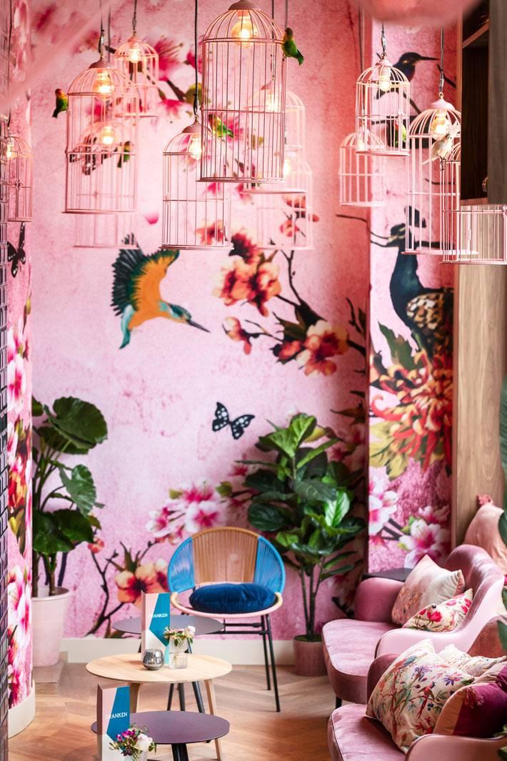 клетки для птиц в виде креативных люстр в розовой комнате