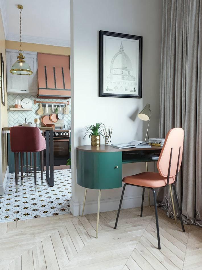 рабочий стол и стул в ретро стиле в углу маленькой гостиной комнаты