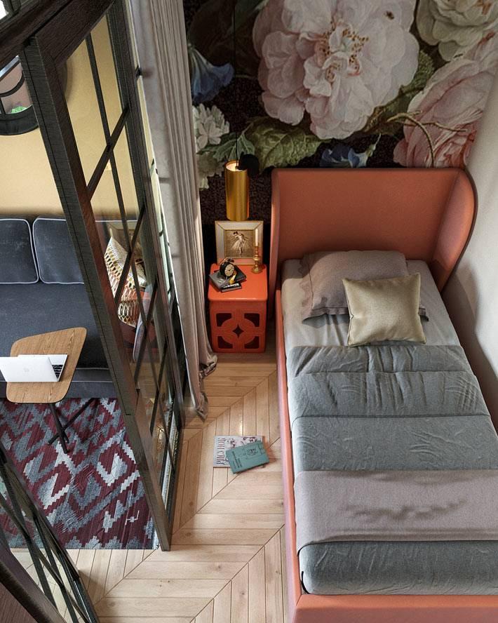 спальная зона в однокомнатной квартире отделена стеклянной перегородкой
