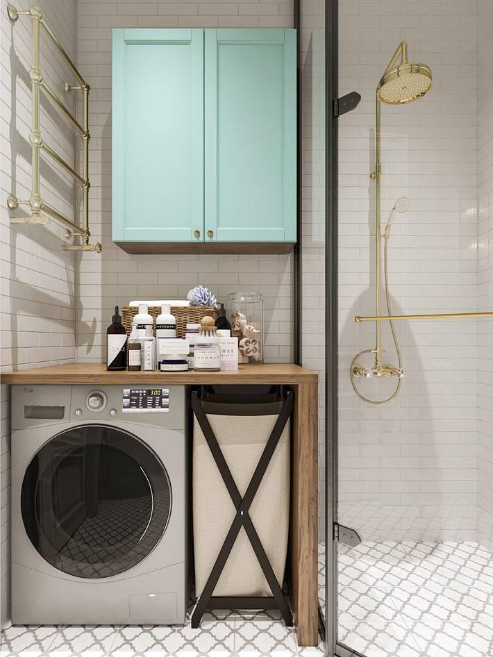 стиральная машина в углу ванной комнаты возле душевой