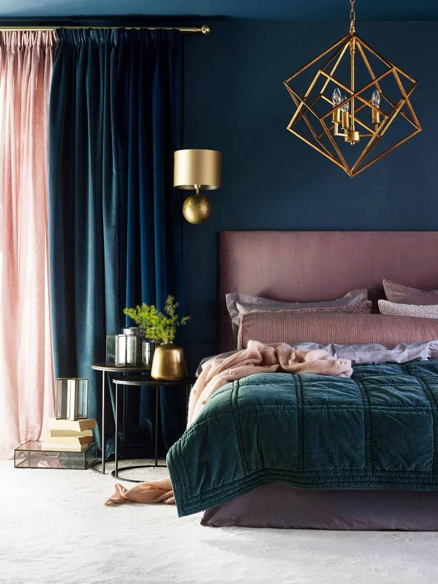 темно синие стены и потолок спальни и золотая каркасная люстра фото