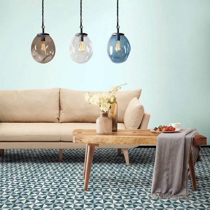 подвесные лампы с коричневым, белым и голубым стеклом
