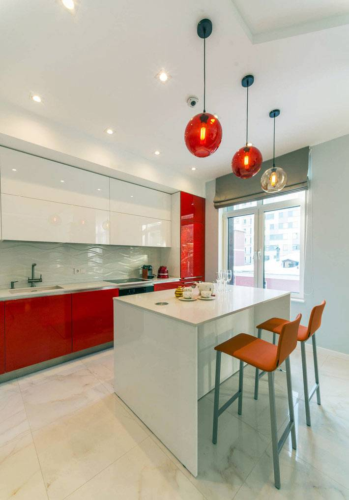красно-белая люстра в цвет кухонной мебели