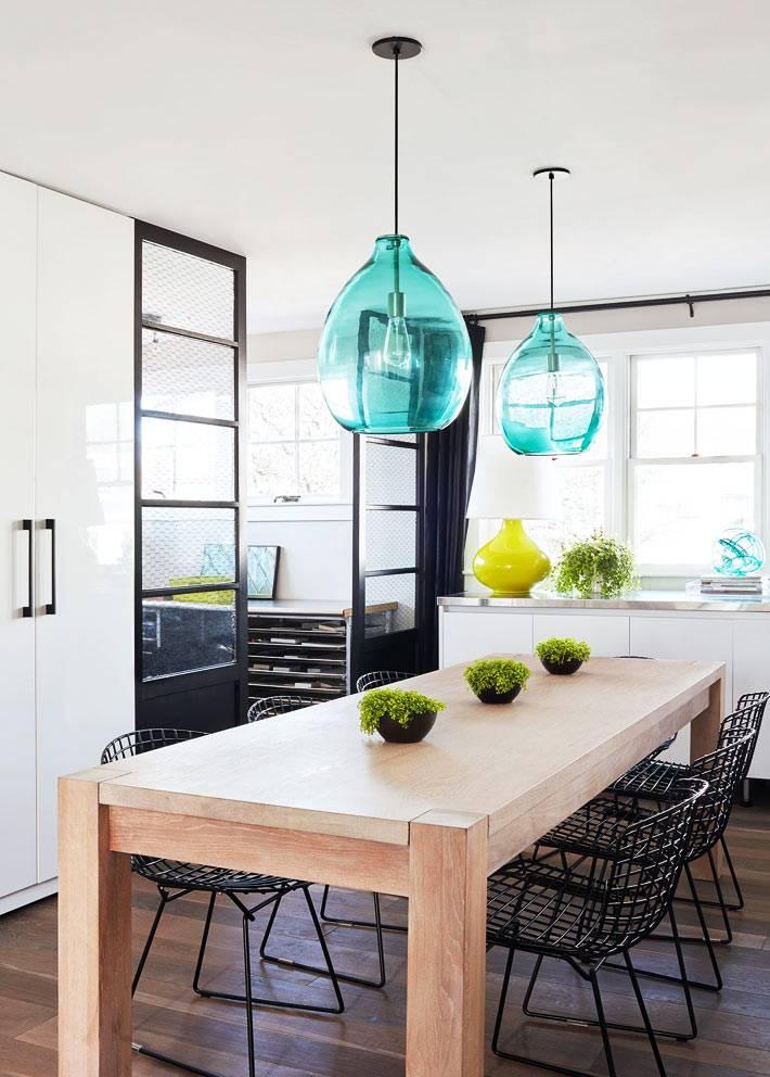 голубые люстры на подвесах над обеденным столом фото