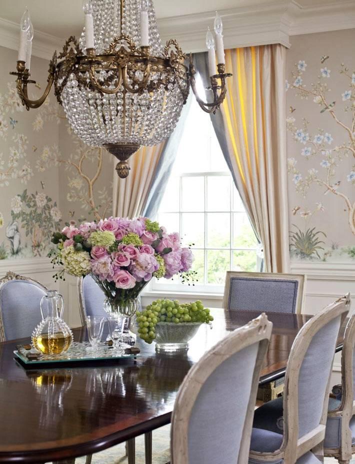 хрустальная люстра в классическом интерьере столовой