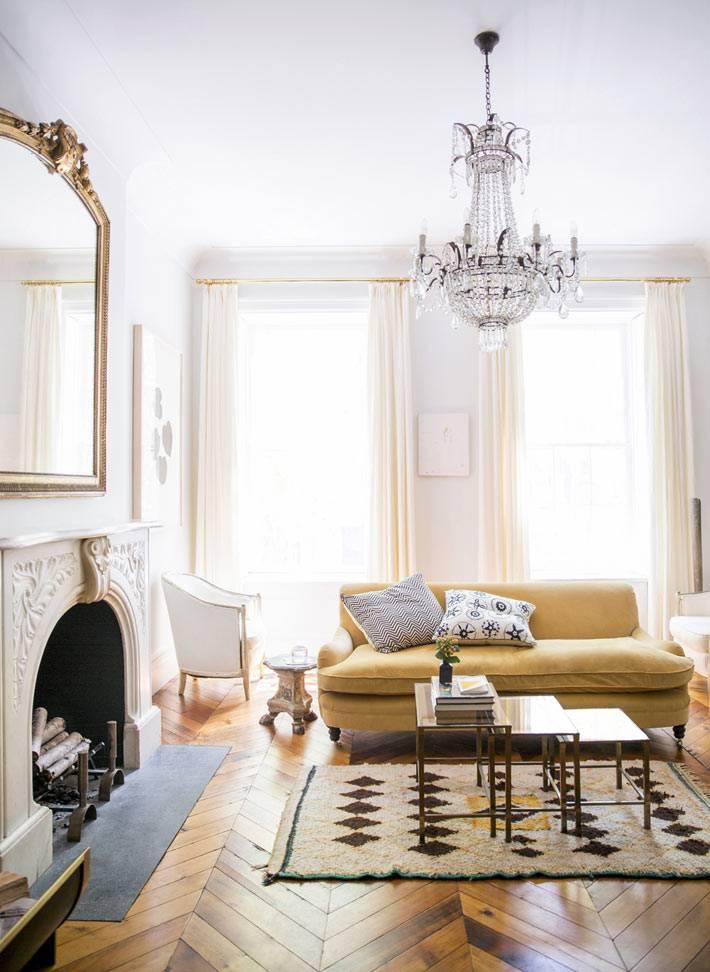 современная классика гостиной комнаты со стеклянной люстрой