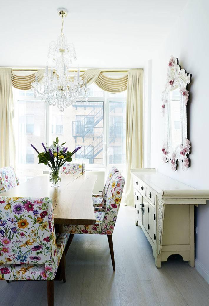 светлая комната для столовой зоны с хрустальной люстрой
