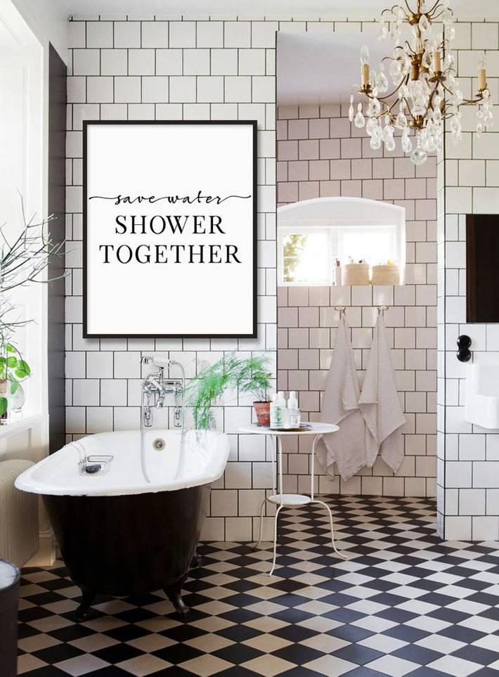 черно-белая ванная комната с люстрой их хрусталя