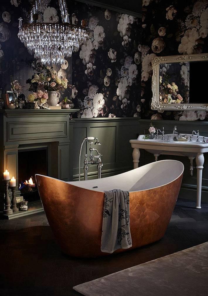 шикарная ванная с черными обоями и хрустальной люстрой