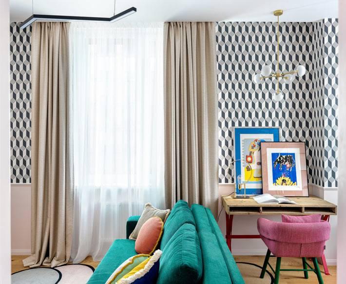 небольшое рабочее место оборудовано в гостиной комнате квартиры