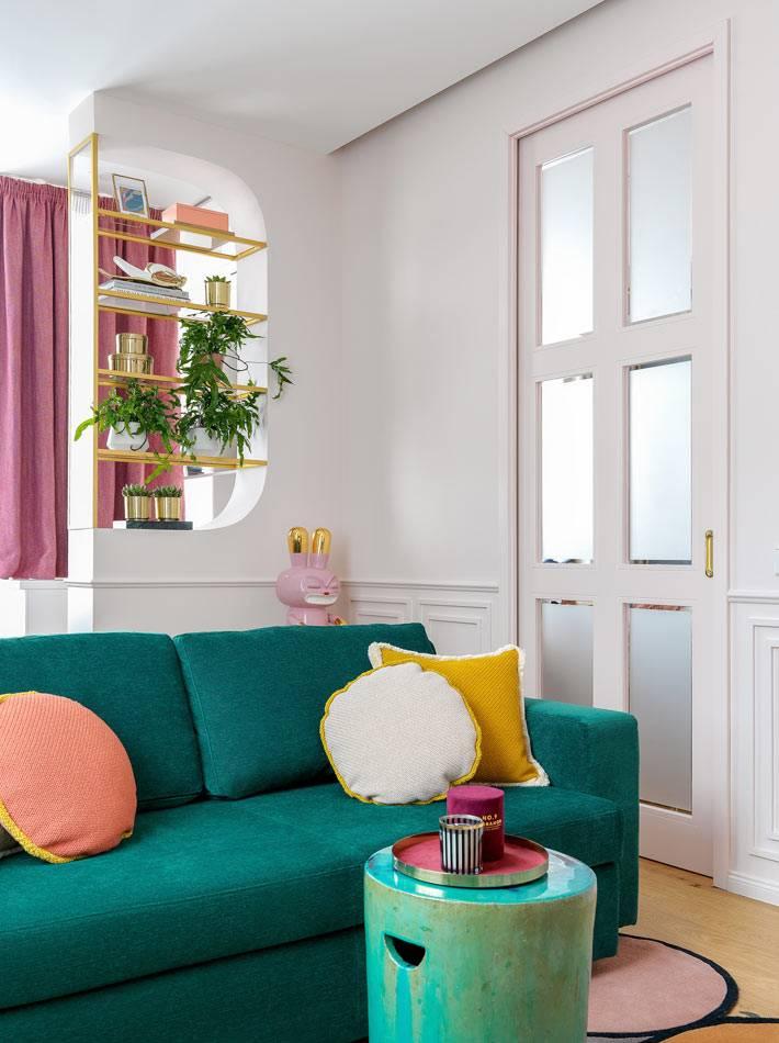 дизайн гостиной - зеленый диван и керамический столик Versmisswen