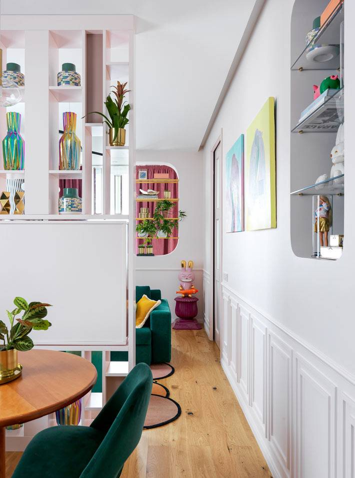 белый стеллаж-перегородка для разделения зоны кухни и гостиной