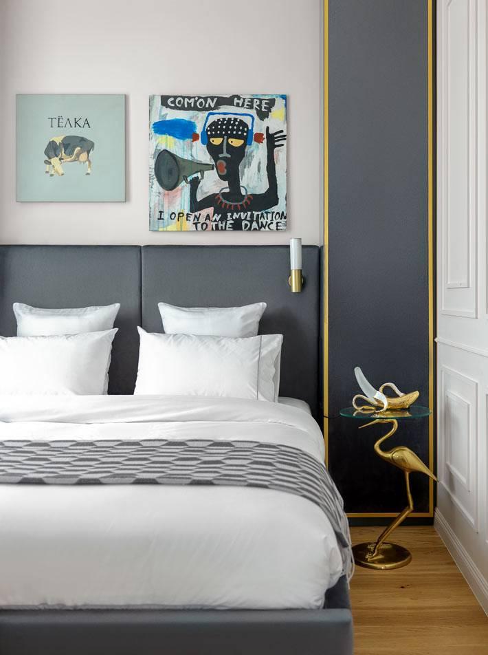 мебель в спальне выполнена на заказ с акцентом на дизайнерский столик