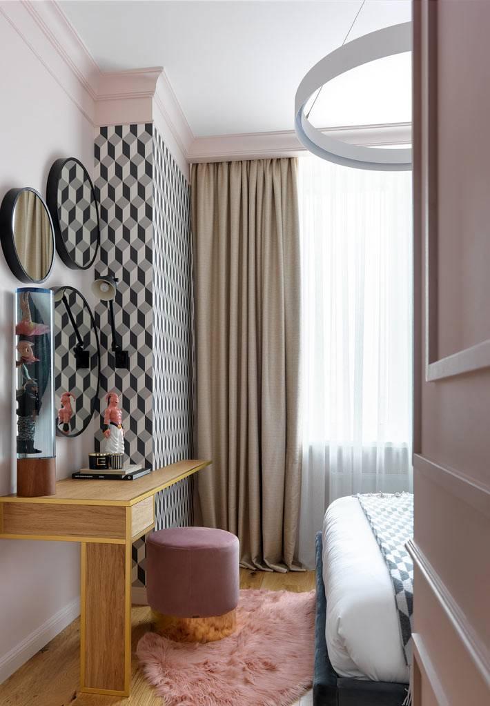 композиция из трех зеркал украшает стену основной спальни