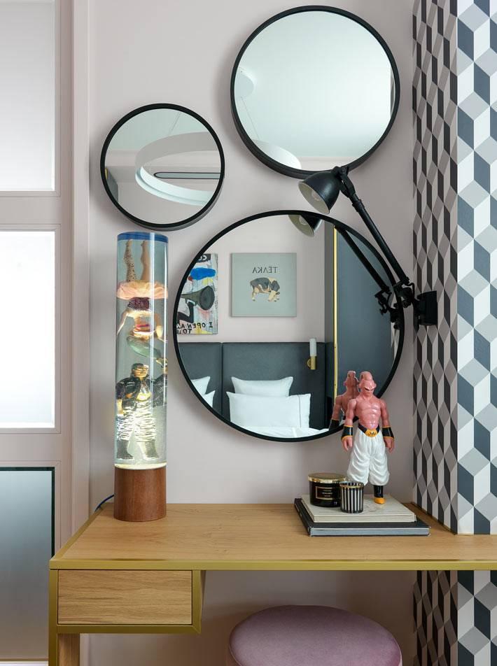 Туалетный столик Polls Potten в спальн с зеркалами и розовым пуфом