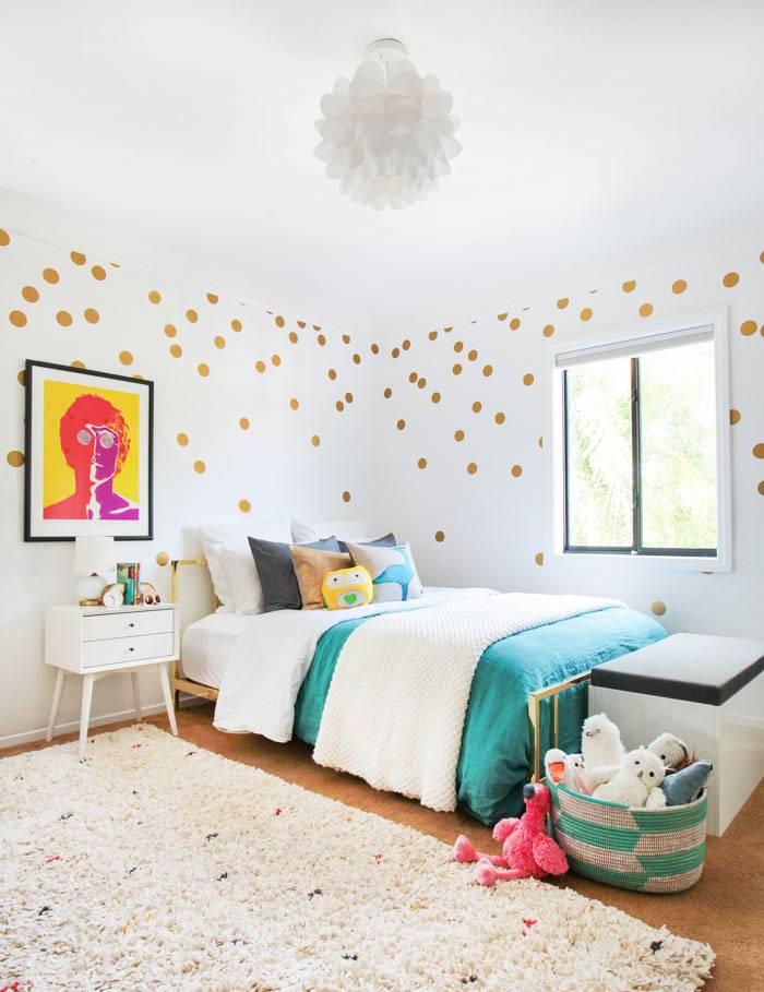 наклейки золотистый горох украсили белые стены детской спальни