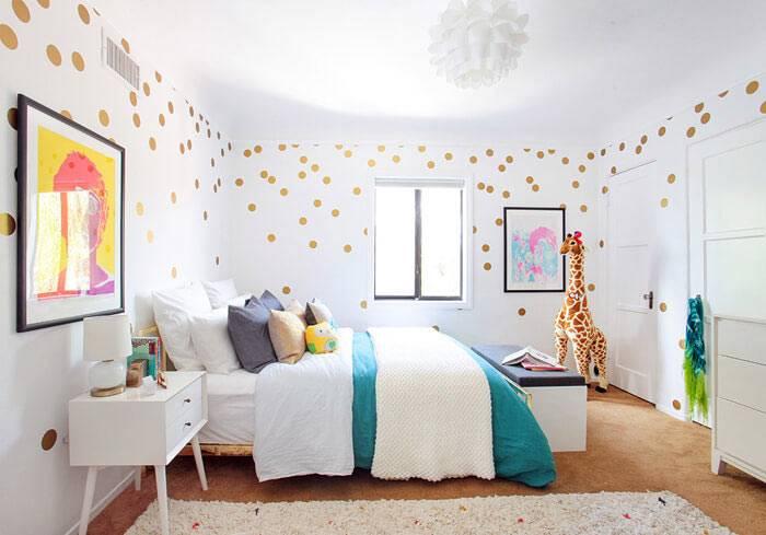 яркие акценты в белой комнате - красочная акварель и игрушечный жираф