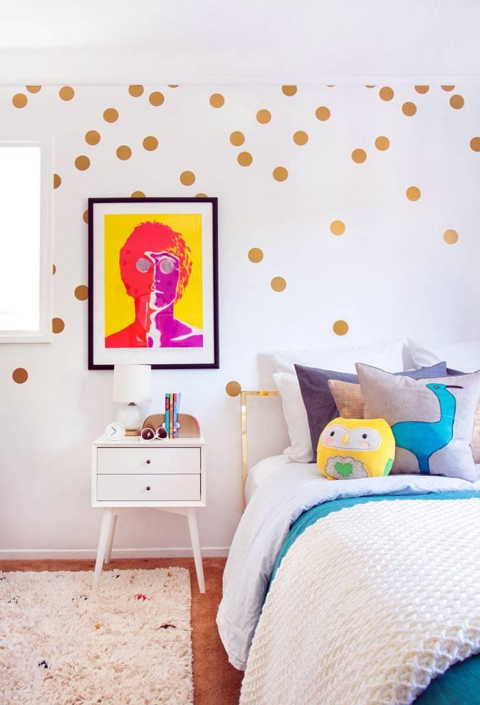 хаотично наклеенные золотистые кружочки в детской комнате на стене