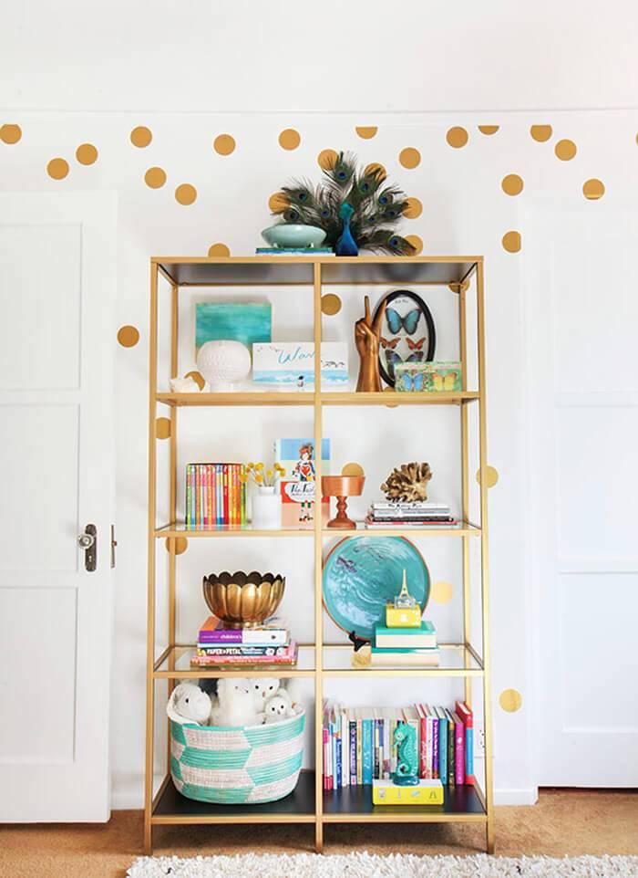 открытый золотистый стеллаж для хранения красивых аксессуаров и сувениров