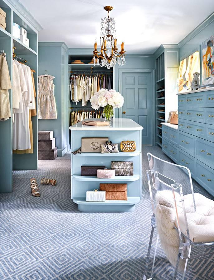 просторная гардеробная комната с голубыми шкафами