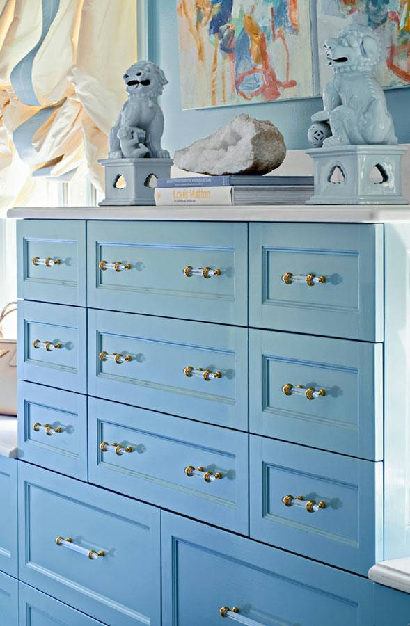 комод и шкафы с ящиками голубого цвета в женской комнате