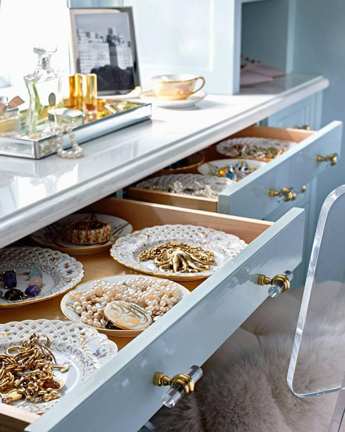 хранение украшений в тарелках в выдвижных ящиках
