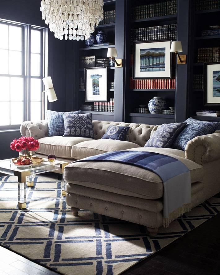 уютный бежевый диван для чтения книг фото
