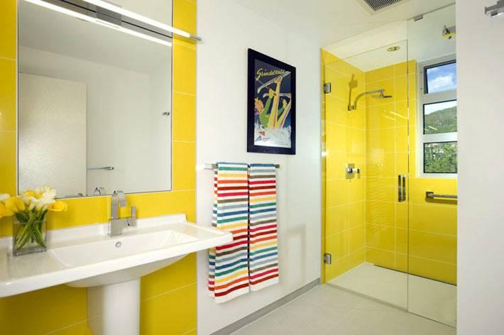 жёлтые вставки на стенах ванной фото