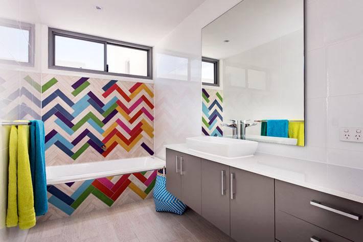 настенный декор - разноцветный зигзаг на белом фоне