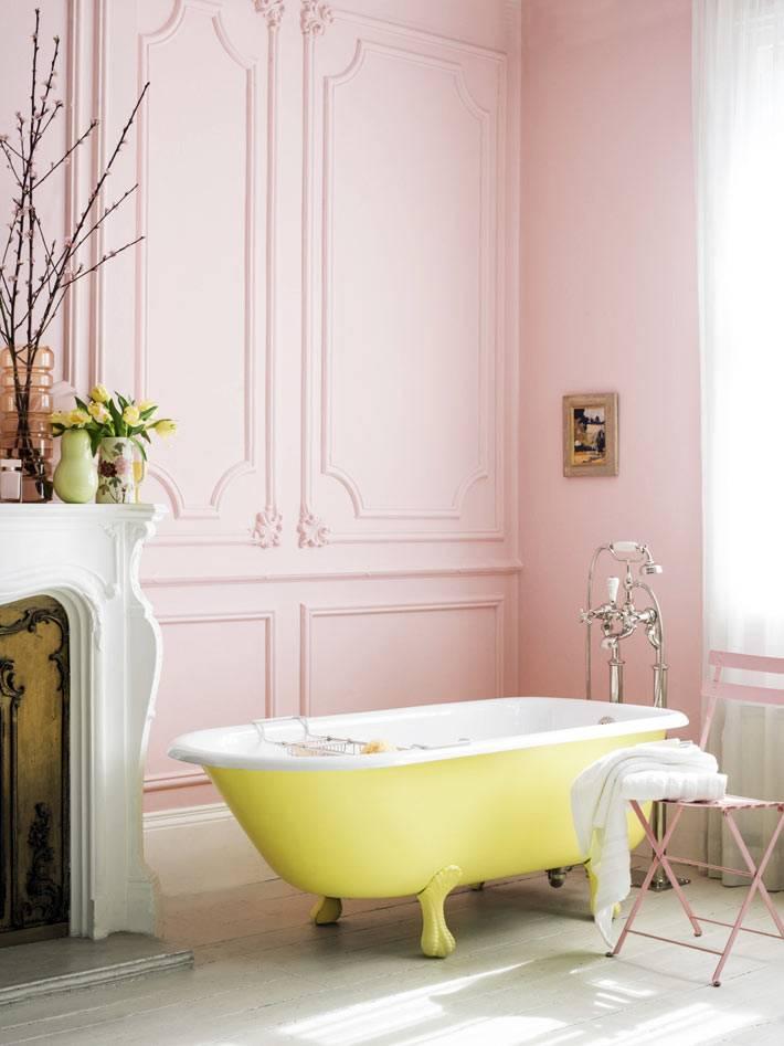 желтая чаша ванны в элегантном интерьере ванной комнаты
