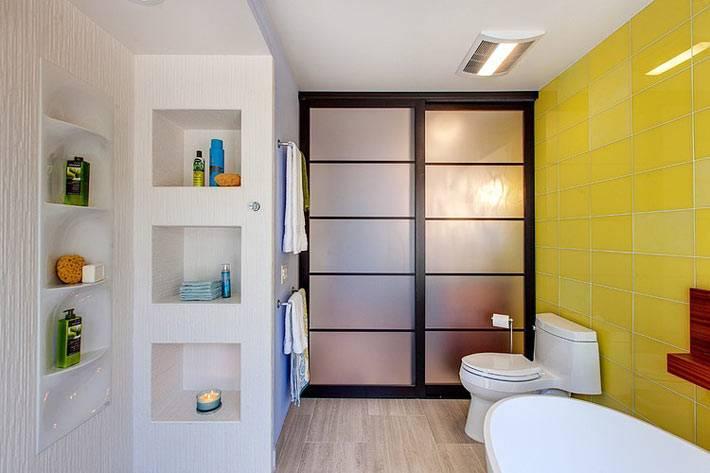 акцент на желтую стену в нейтральной ванной комнате