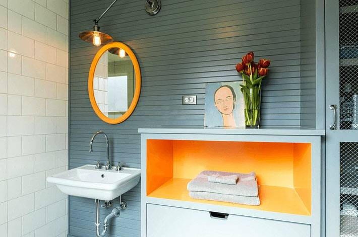 оранжевая рама для зеркала и ниша в шкафу - акценты в комнате