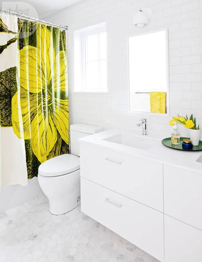 белый интерьер ванной комнаты с яркой шторой для душа