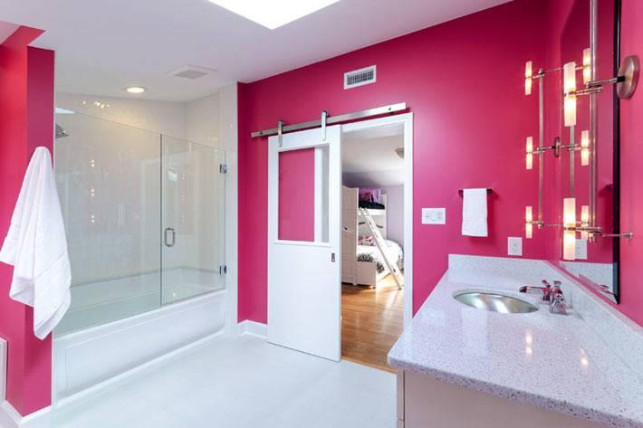 нейтральную палитру комнаты разбавили розовые стены