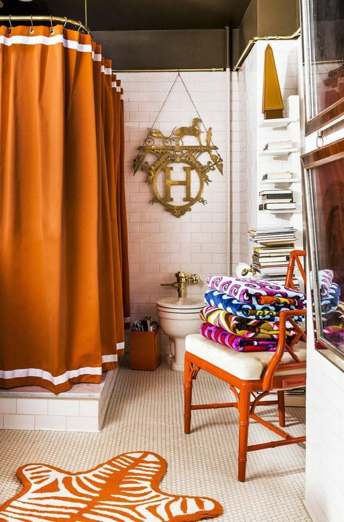 оранжевый текстиль и стул в экстравагантной ванной