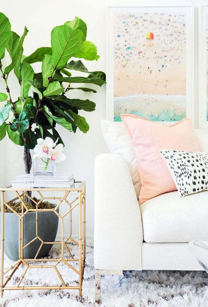 зеленое комнатное растение как украшение белой гостиной