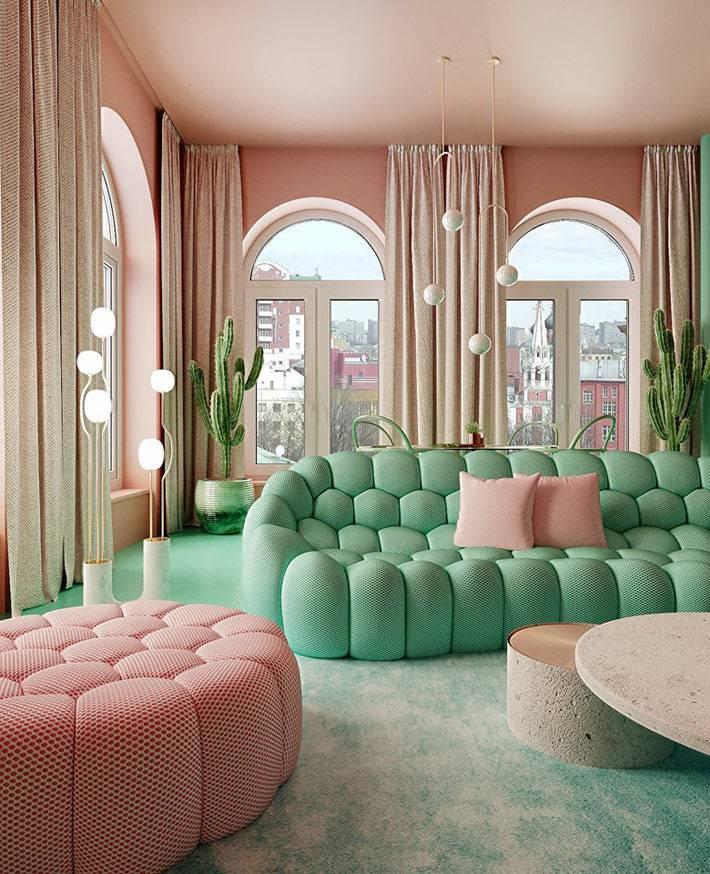 мягкий зеленый диван и розовый пуф в современном интерьере квартиры