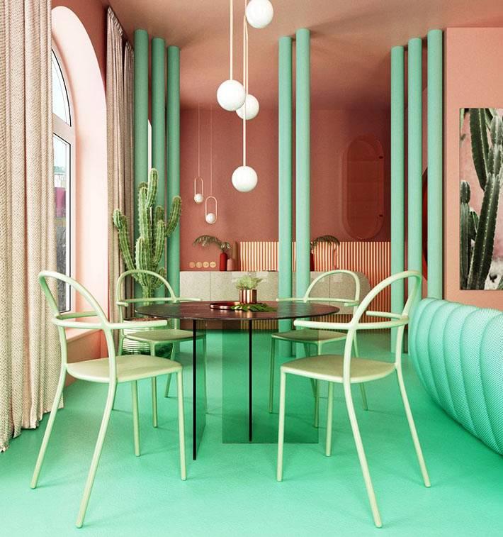 мятный зеленый цвет пола сочетается с лососевыми стенами комнаты
